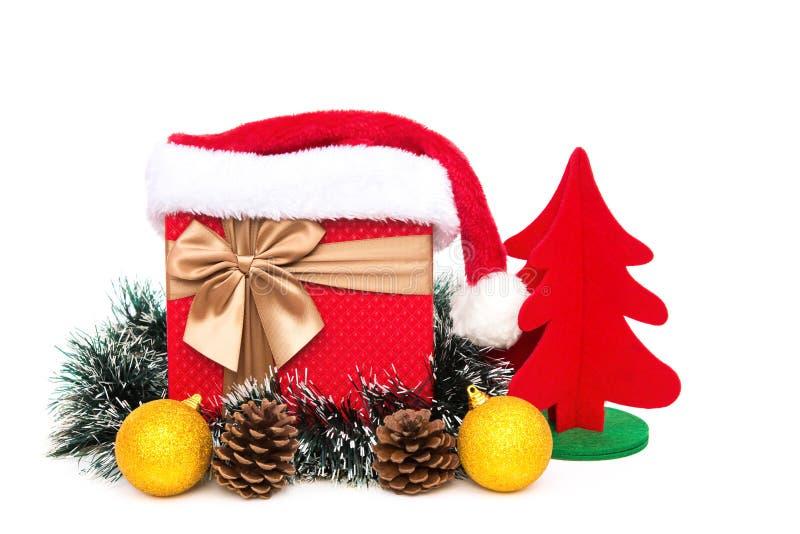 Caixa atual com decoração do Natal e chapéu de Papai Noel no fundo branco fotografia de stock royalty free