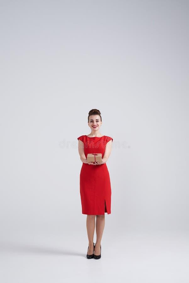 Caixa atual de oferecimento de sorriso da mulher imagem de stock