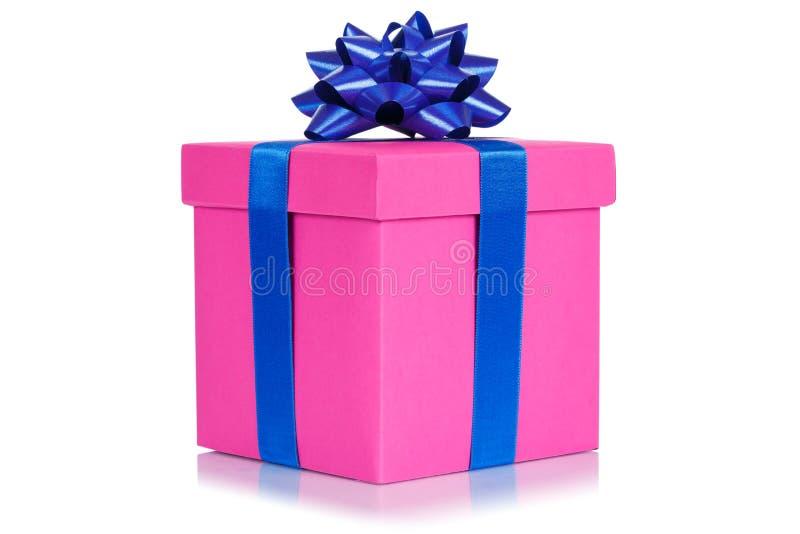 Caixa atual do rosa do desejo do casamento do aniversário do Natal do presente isolada no fundo branco foto de stock
