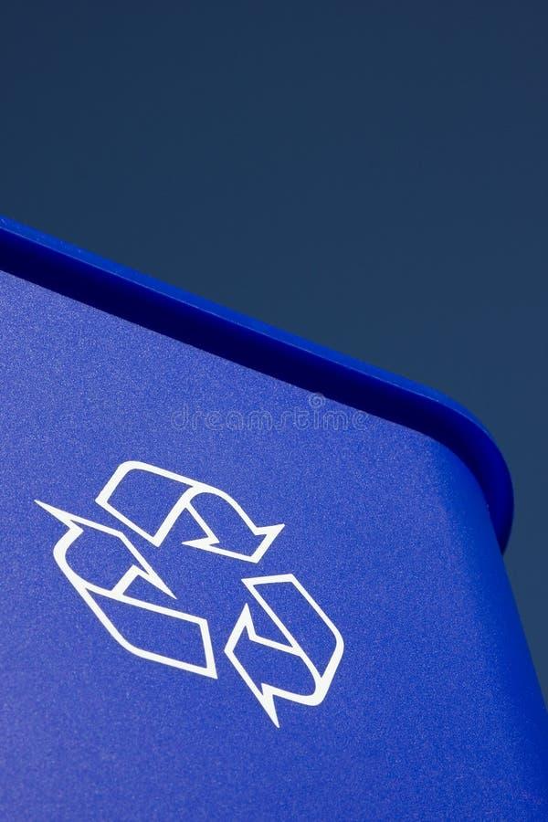 Caixa azul e céu azul imagem de stock royalty free