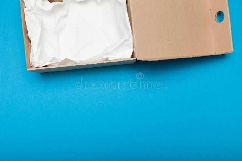 Caixa bege aberta da entrega, grampeamento da caixa Copie o espa?o para o texto foto de stock