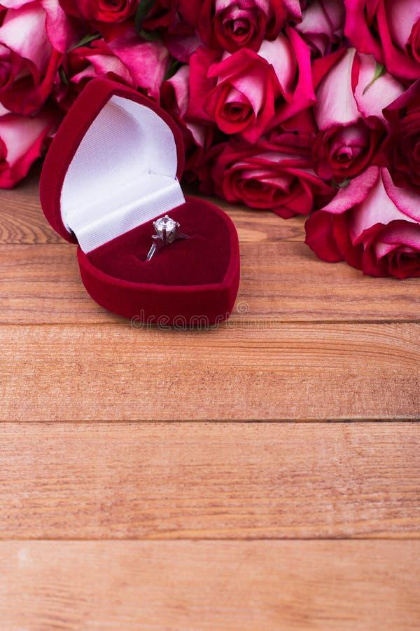 Caixa bonita com joias e flores imagem de stock