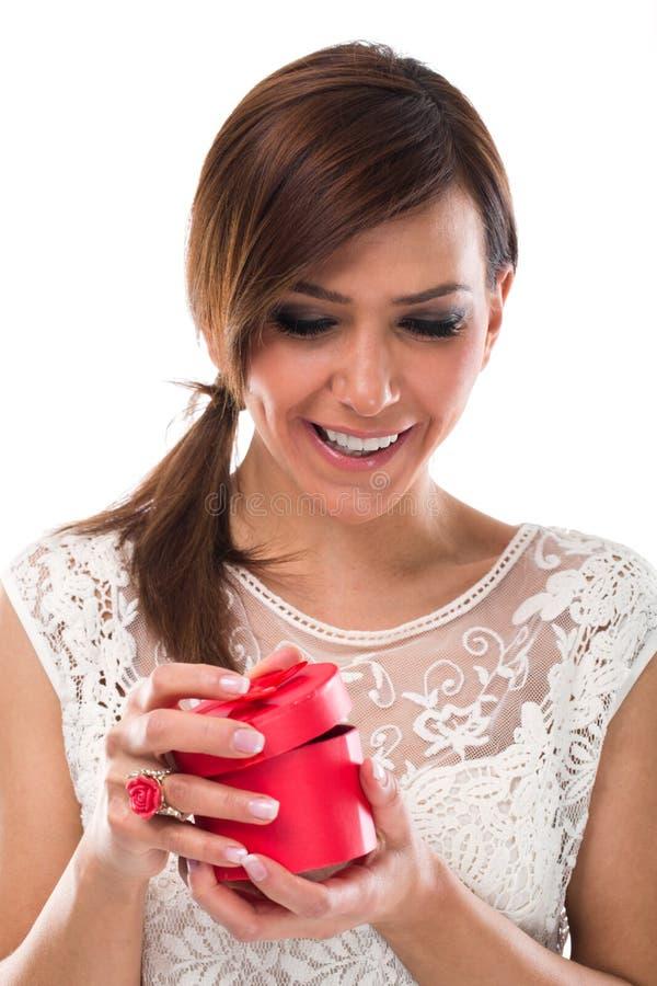 Caixa bonita da joia da ronda de abertura da jovem mulher foto de stock