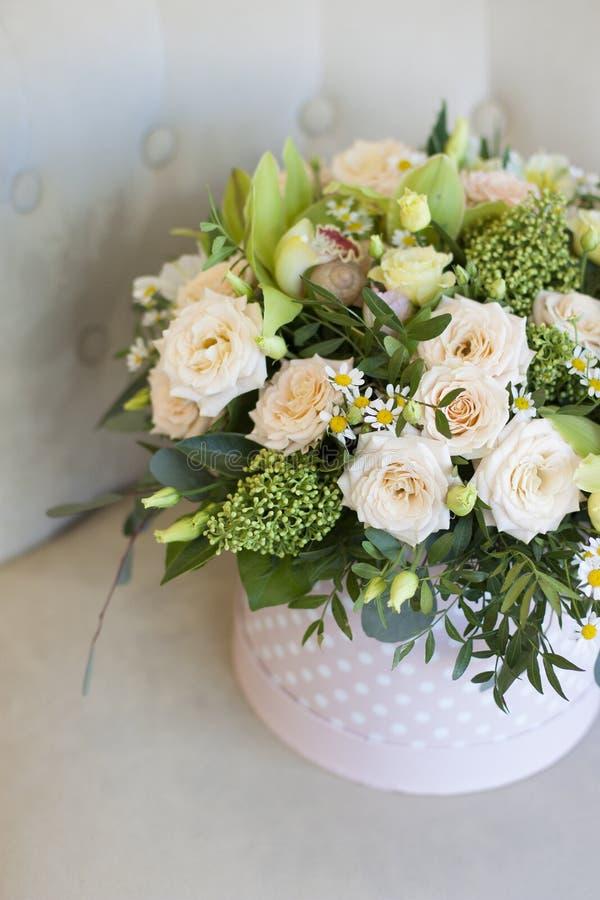 Caixa bonita do chapéu com as flores delicadas no fundo claro imagens de stock