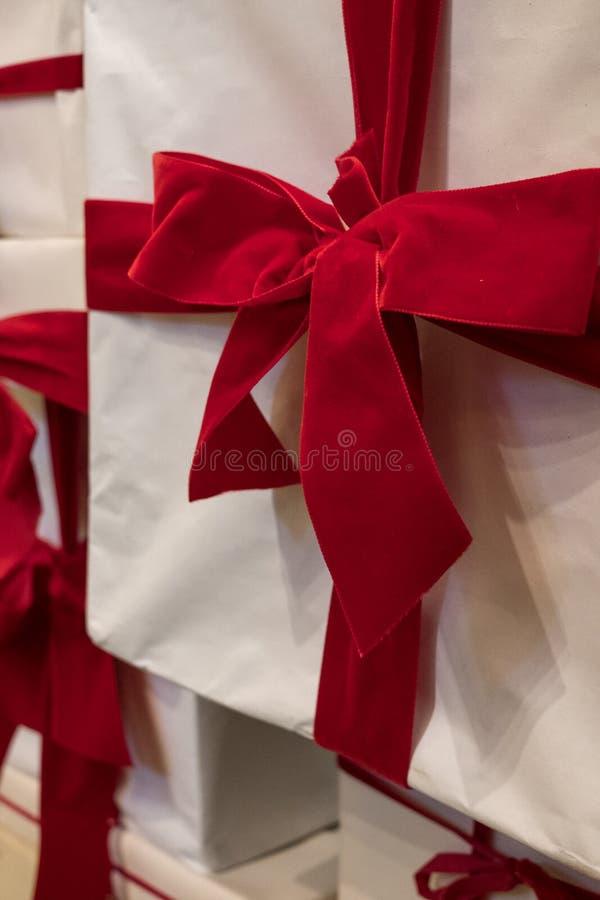 Caixa branca com a fita vermelha de veludo, fotografada VV na loja das miudezas de Routleaux, pista de Marylebone, Londres, Reino imagens de stock