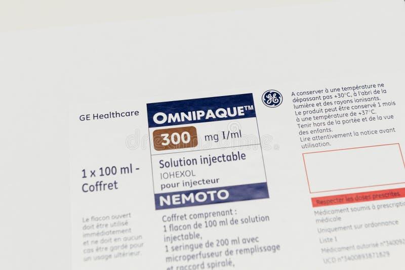 Caixa branca de Omnipaque pronta para ser usado no varredor médico fotografia de stock