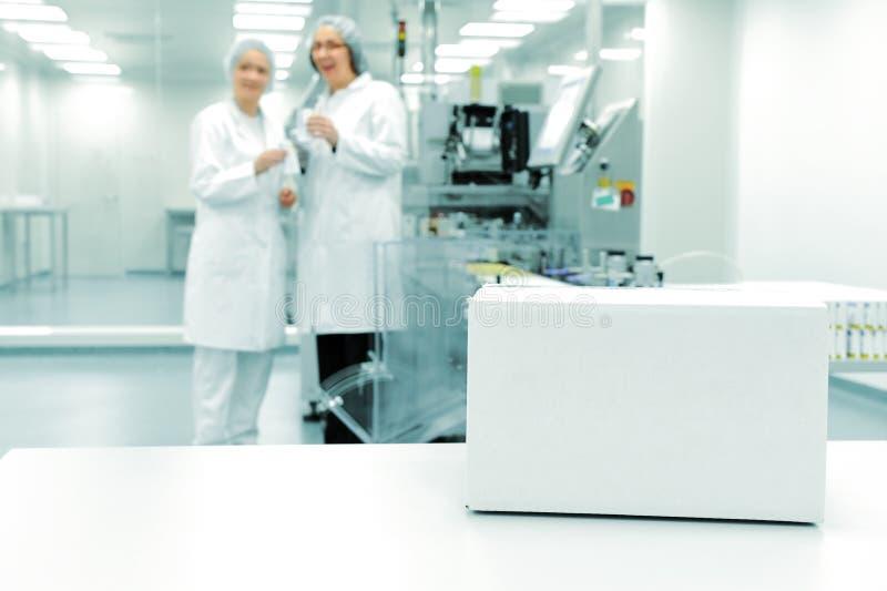 Caixa branca na linha de produção automatizada fotografia de stock