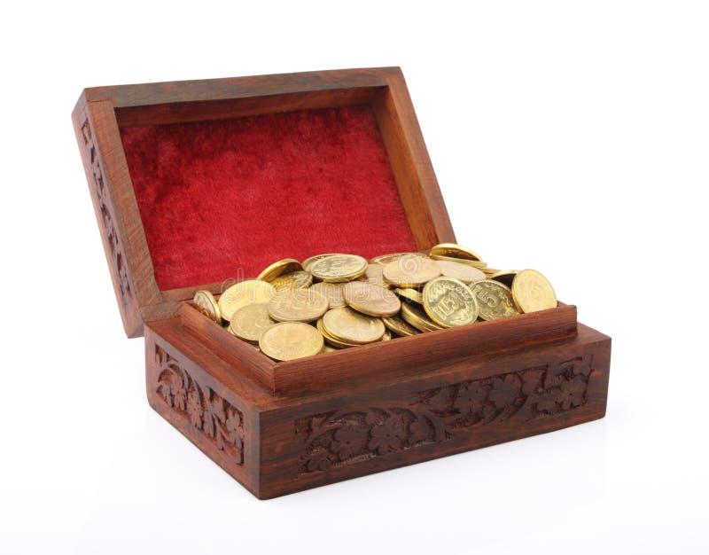 Caixa carregada com as moedas de ouro indianas imagens de stock