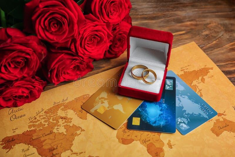 Caixa com alianças de casamento e cartões de crédito na tabela Uni?o de conveni?ncia foto de stock