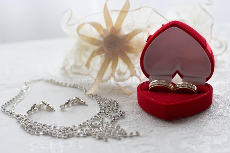 Caixa com alianças de casamento na tabela fotografia de stock royalty free