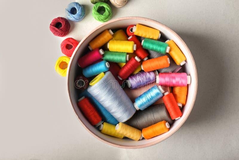 Caixa com as linhas de costura da cor e os clews do crochê imagem de stock royalty free