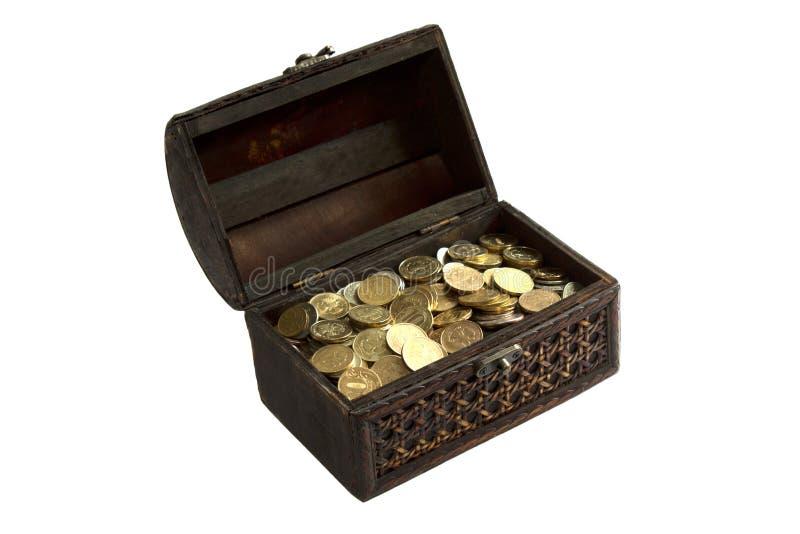 Caixa com as moedas de ouro isoladas no fundo branco fotografia de stock