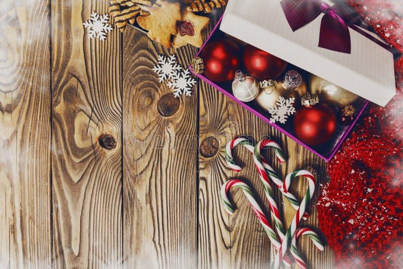 Caixa com brinquedos do Natal e bastões de doces fotografia de stock royalty free