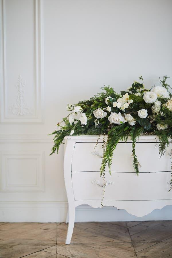 Caixa com flores artificiais fotografia de stock