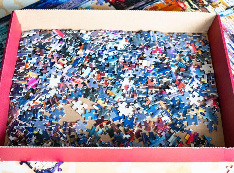Caixa com jogo de mesa desmontado do enigma de serra de vaivém fotografia de stock