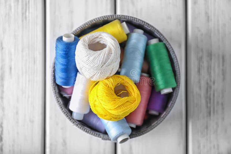 Caixa com linhas e crochê de costura imagem de stock
