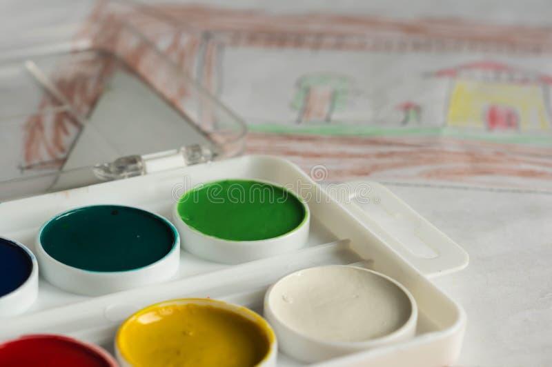 Caixa com o desenho das pinturas e das crianças da cor de água imagem de stock royalty free