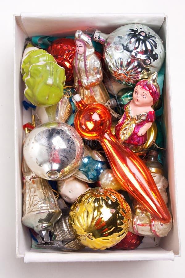 Caixa com os brinquedos de ano novo do antiquarian fotos de stock