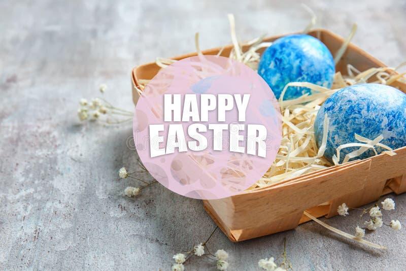 Caixa com os ovos da páscoa na tabela cinzenta foto de stock