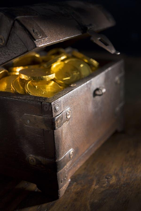 Caixa completamente de moedas de ouro foto de stock royalty free