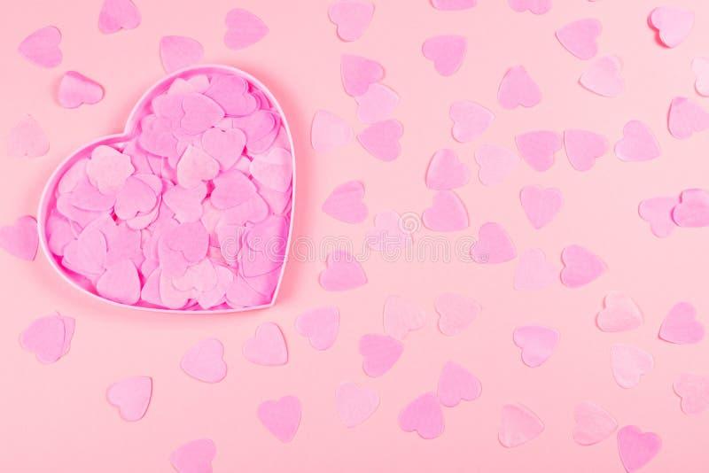 Caixa coração-dada forma cor-de-rosa completamente de corações dos confetes foto de stock royalty free