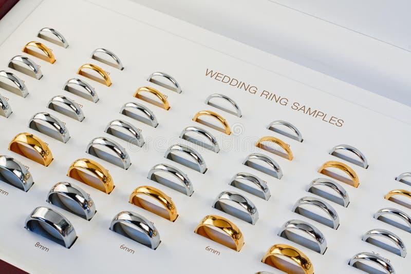Caixa da amostra da aliança de casamento imagens de stock royalty free