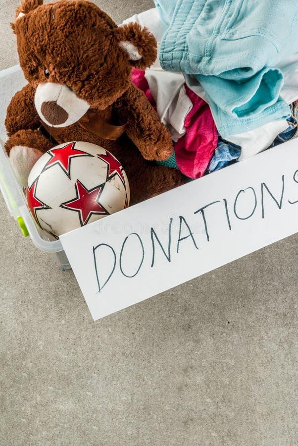 Caixa da doação com brinquedos, roupa e alimento fotos de stock royalty free