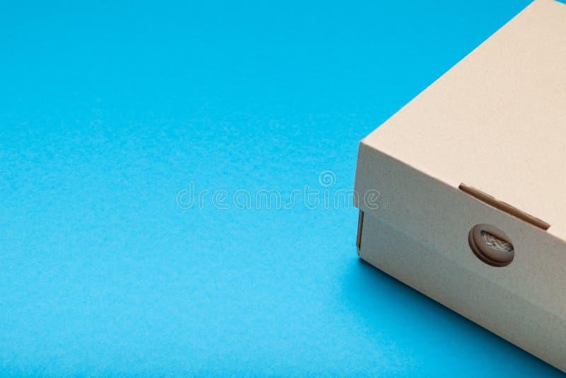 Caixa da entrega do cartão, empacotamento ondulado da caixa Copie o espa?o para o texto imagens de stock royalty free