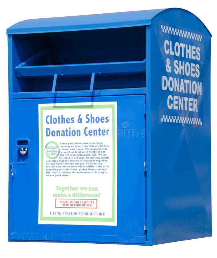 Caixa da gota da doação da borda da estrada da roupa e das sapatas fotos de stock royalty free