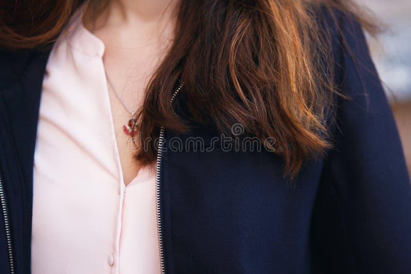 Caixa da menina que caem costas vermelhas e marrons do cabelo imagens de stock royalty free