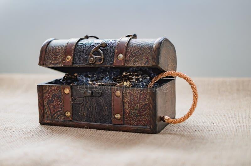 Caixa da pilhagem, arca do tesouro aberta foto de stock