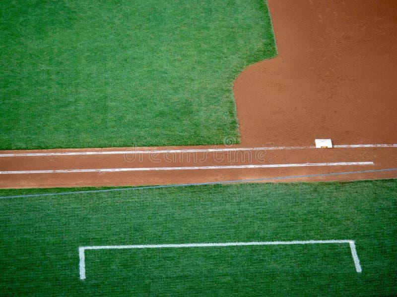 Caixa da primeira linha baixa e do treinador de um campo de basebol imagens de stock royalty free