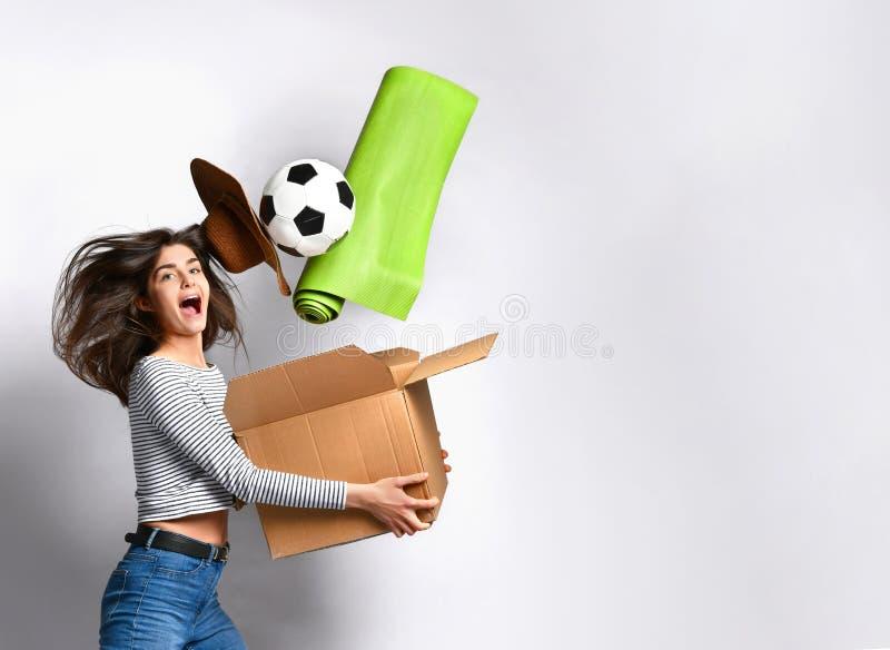 Caixa da terra arrendada da jovem mulher com coisas fotografia de stock royalty free
