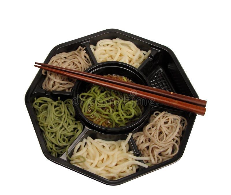 Caixa de almoço de Soba e trajeto do chopsticks-grampeamento imagens de stock royalty free