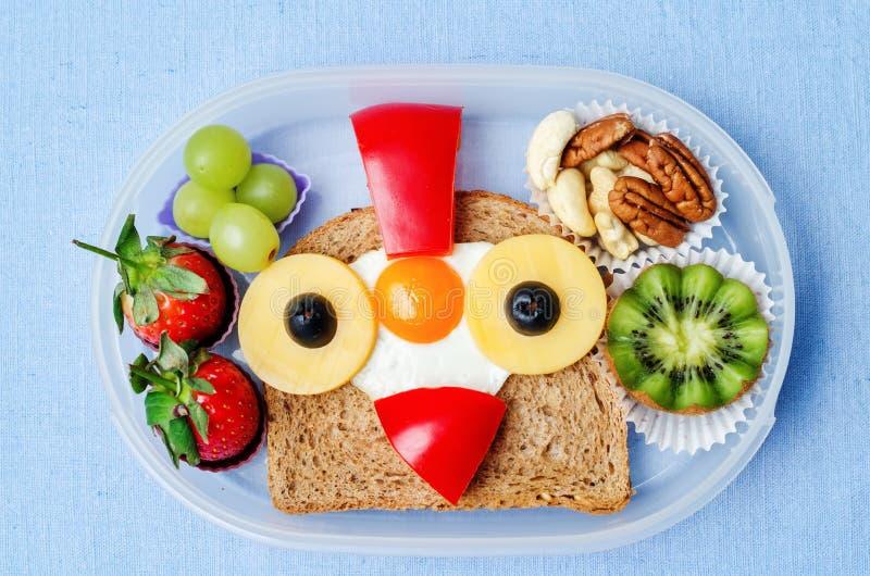 Caixa de almoço escolar para crianças com alimento sob a forma das caras engraçadas fotos de stock royalty free