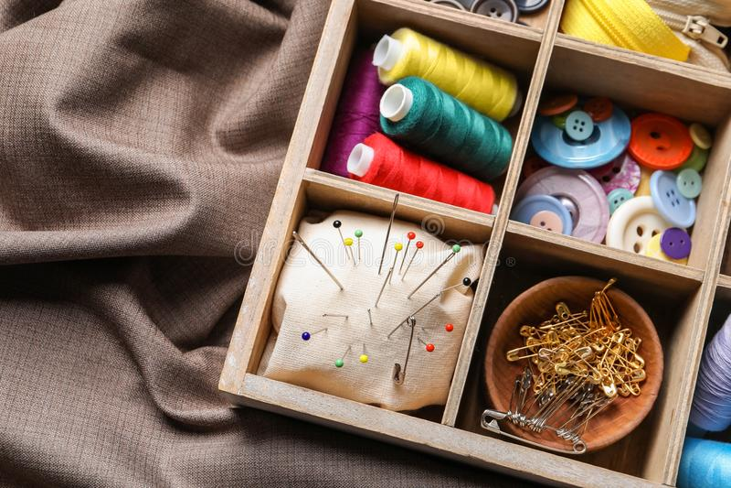 Caixa de armazenamento com grupo de costurar artigos na tela foto de stock royalty free