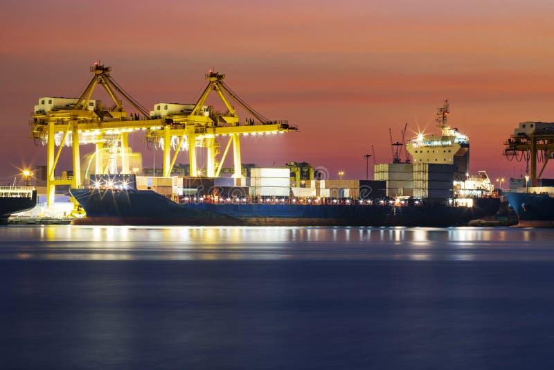 Caixa de carregamento do recipiente do navio de recipiente no porto logístico da indústria fotos de stock royalty free