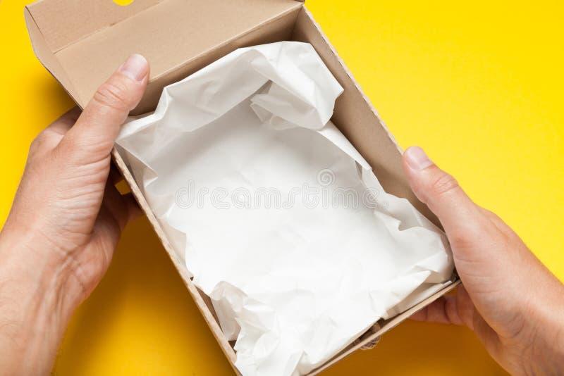 Caixa de cartão aberta, vista superior Pacote da caixa da entrega imagens de stock