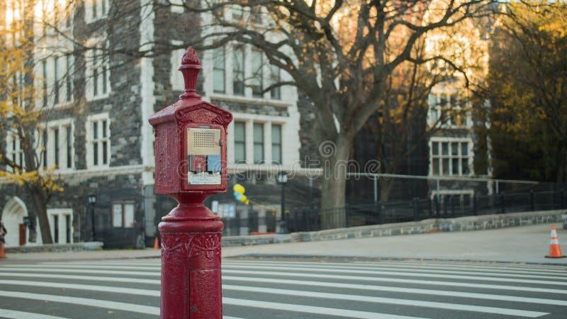 Caixa de chamada do fogo vermelho e da rua do alarme da pol?cia foto de stock