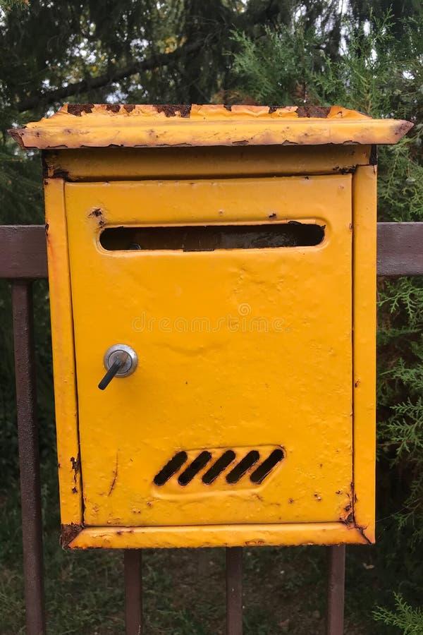 Caixa de correio Caixa de correio de metal amarelo imagem de stock