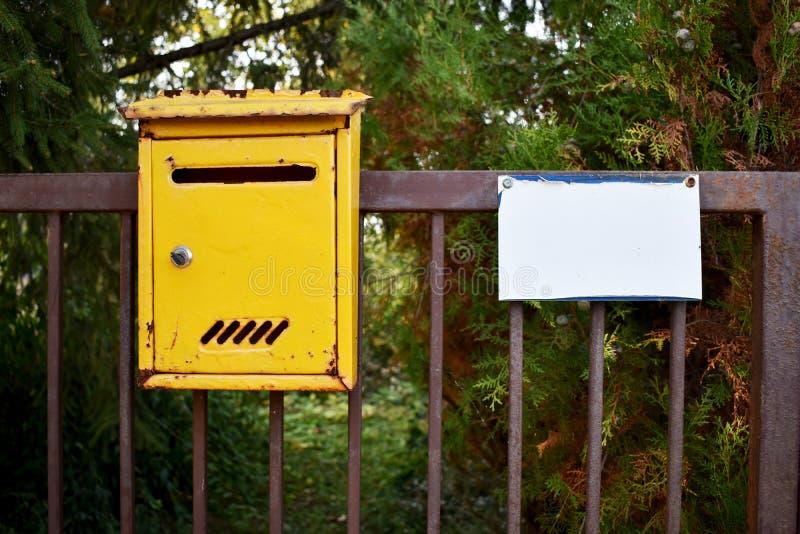 Caixa de correio Caixa de correio de metal amarelo imagem de stock royalty free