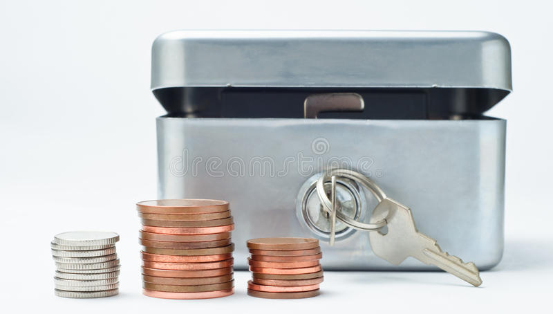 Caixa de dinheiro com moedas imagens de stock royalty free