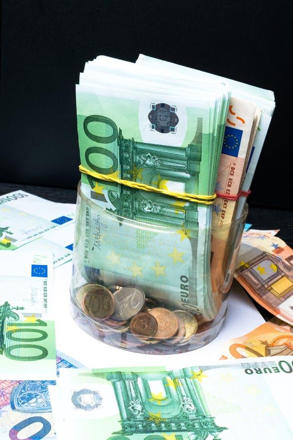 Caixa de dinheiro da economia com euro- cédulas, centavos Cédulas da União Europeia euro- fundo do dinheiro fotos de stock royalty free