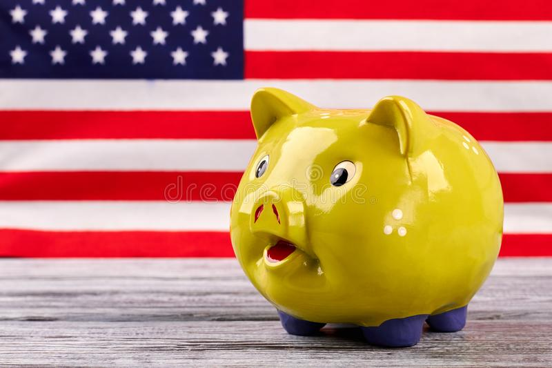 Caixa de dinheiro no fundo da bandeira dos EUA fotografia de stock royalty free
