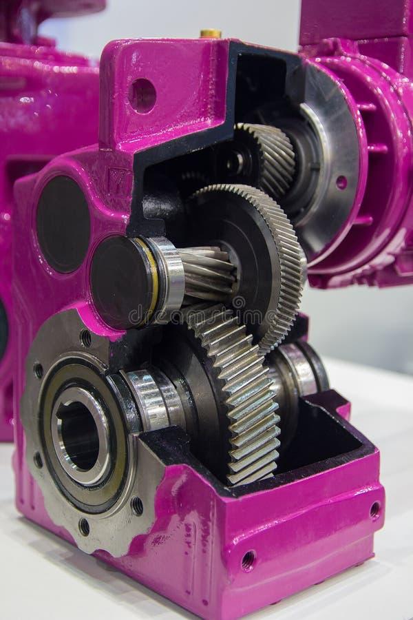 Caixa de engrenagens no grande motor bonde na planta do equipamento industrial fotos de stock