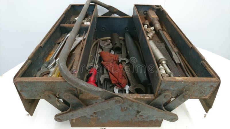 Caixa de ferramentas azul cinzenta oxidada aberta na tabela fotografia de stock royalty free