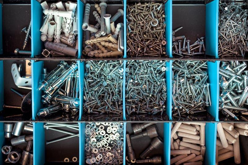 Caixa de ferramentas com separação de parafusos com espaçadores azuis fotografia de stock royalty free