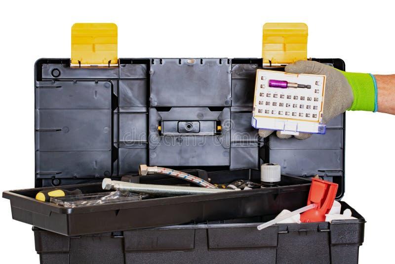 Caixa de ferramentas do encanador ou do carpinteiro isolada A caixa plástica preta do jogo de ferramentas com ferramentas sortido foto de stock royalty free