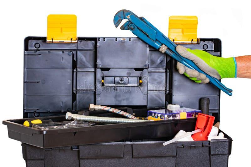 Caixa de ferramentas do encanador ou do carpinteiro isolada A caixa plástica preta do jogo de ferramentas com ferramentas sortido imagens de stock royalty free