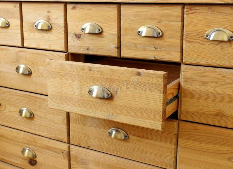 Caixa de gavetas antiga de madeira velha com punhos do metal imagens de stock royalty free